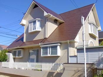 確かな施工技術と約10年の耐候性でお家を守る!三角屋根のオシャレなお家の塗装リフォーム!