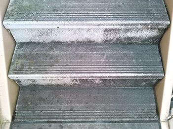 アパート塗装前の階段